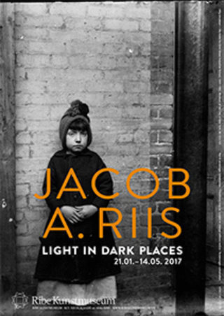 "Lille plakat: ""Jacob A. Riis. Light in Dark Places"" (udstillingsplakat)"